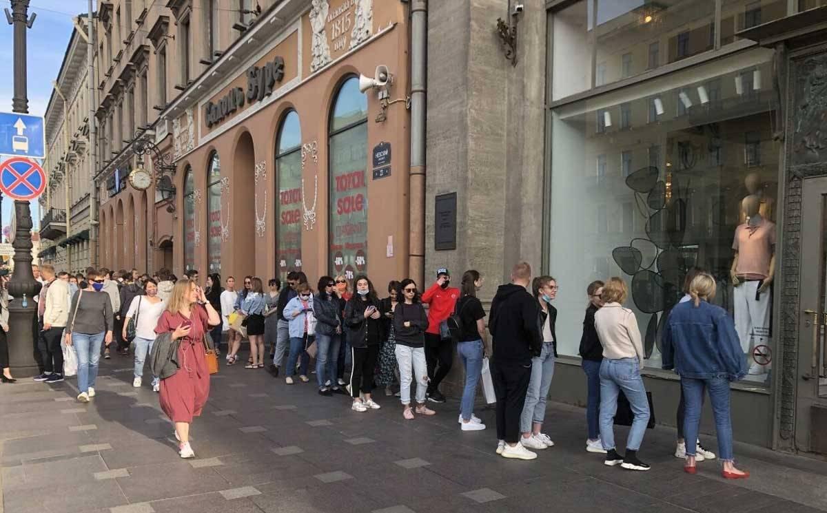В магазин Zara на Невском выстроилась многометровая очередь