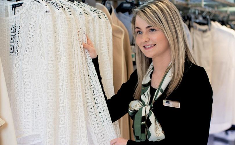 23d665d9cc04 Число магазинов, торгующих одеждой, в Великобритании сокращается быстрее  других торговых точек. Ритейлеры страдают от падения продаж, снижения  доверия ...
