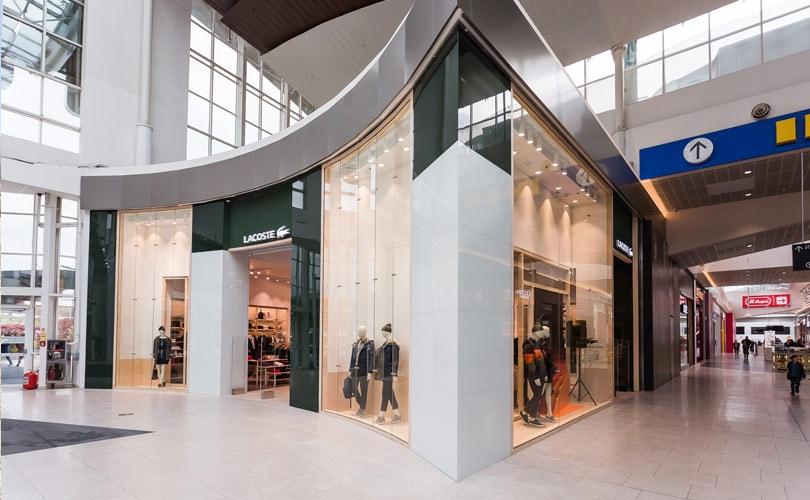 197598bbd Французский бренд Lacoste привез в России новый концепт магазинов. Как  стало известно FashionUnited, первые обновленные магазины начали свою  работу в ТЦ